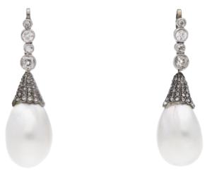 Paire de pendants ornée d'une chute de diamants retenant une grosse perle fine en poire